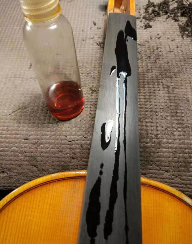 指板上淋上油