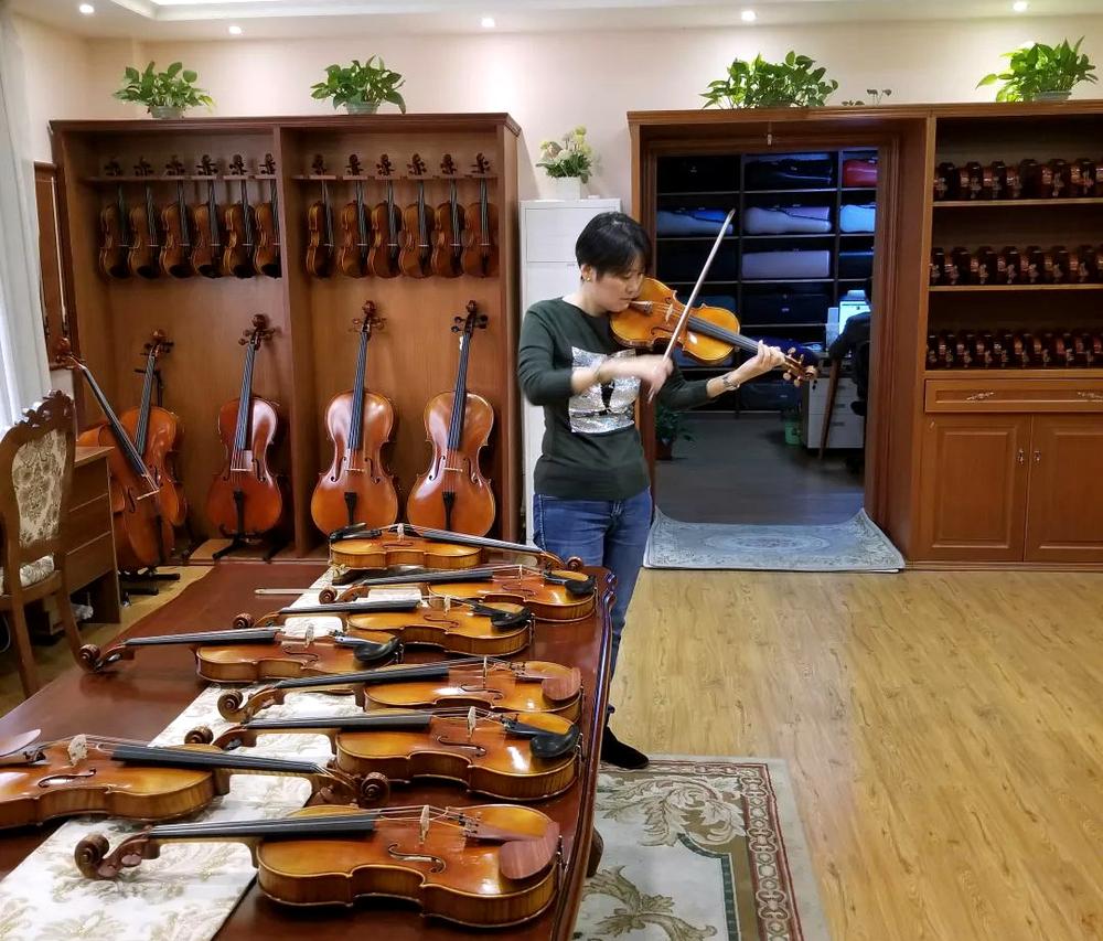 日本客人在曹氏提琴的展厅挑选提琴,对琴赞不绝口