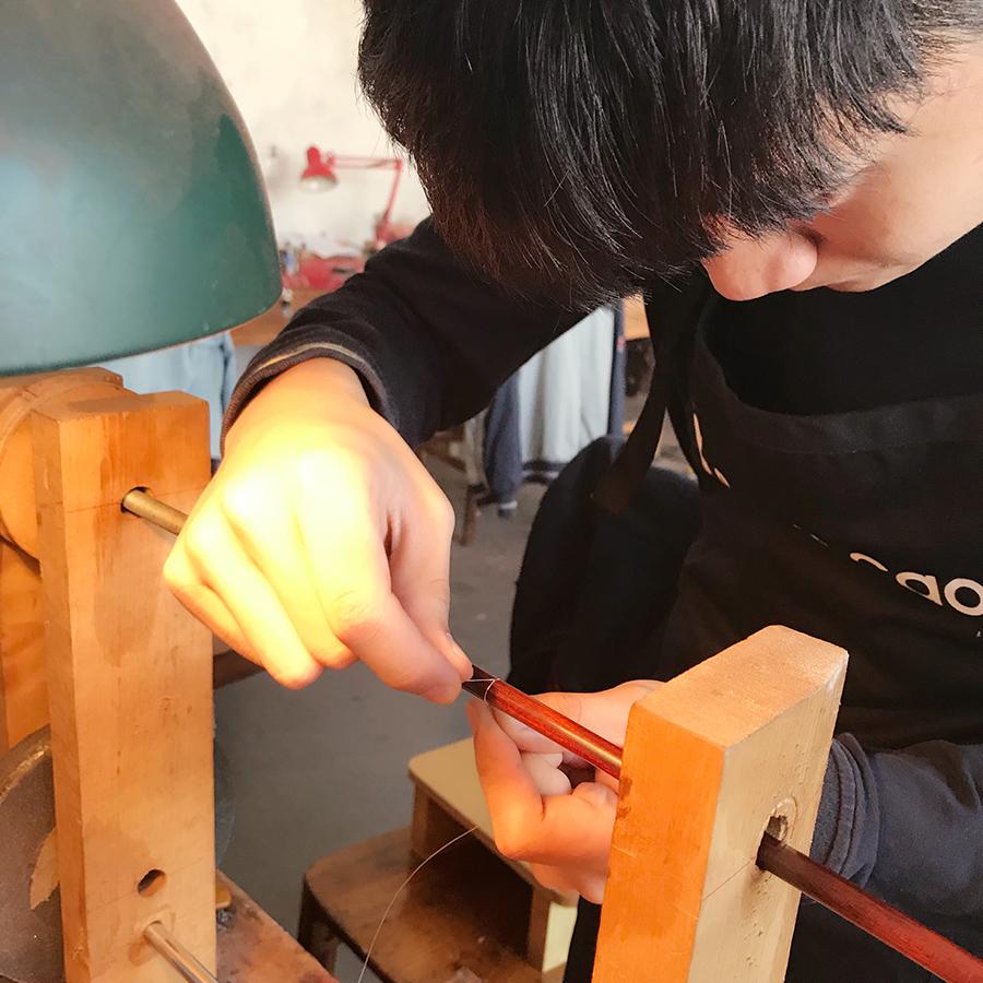 制琴师陈宇帆在制作琴弓