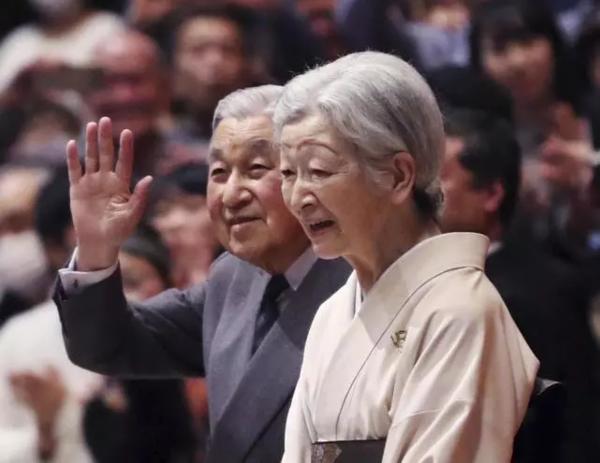 日本明仁天皇夫妇今年初出席东京日本大相扑锦标赛