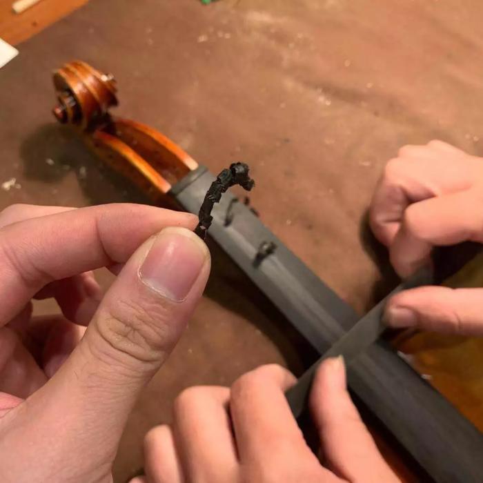 真乌木指板 图为琴界网·曹氏提琴拍摄