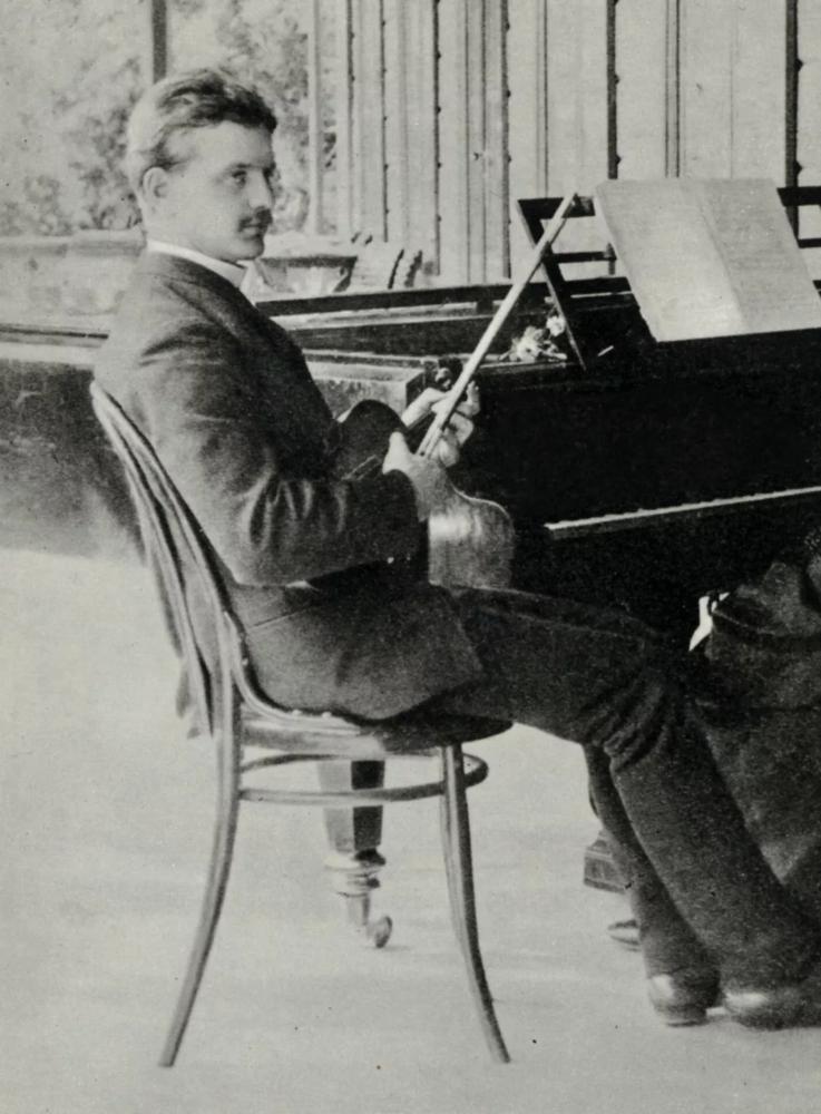 ▲ 年轻的西贝柳斯,抱着心爱的小提琴