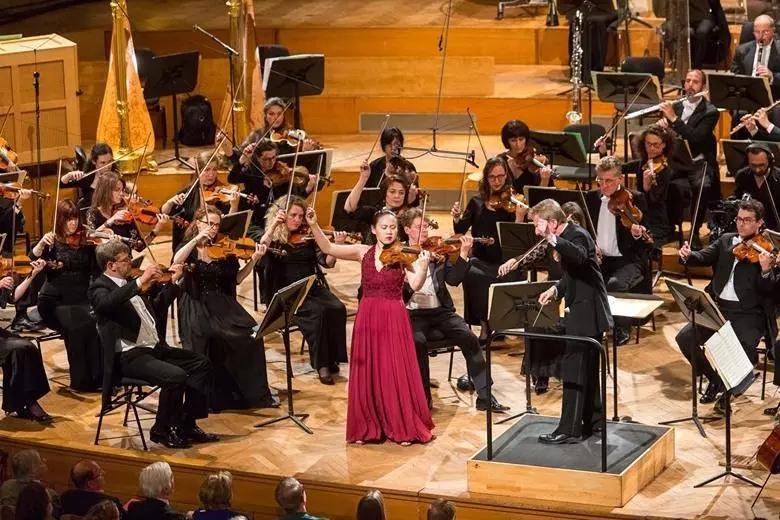 Stella Chen与Hugo Wolff在比利时国家交响乐团合作演出