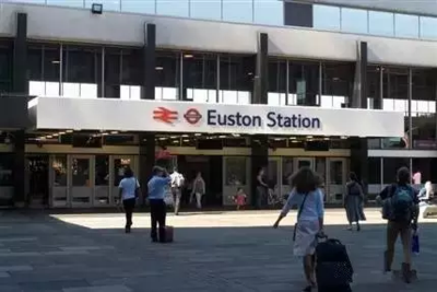 Min和男友Matt来到英国尤斯顿站赶火车
