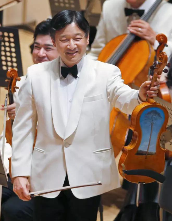 德仁天皇使用2011年海啸中的浮木碎片制成的中提琴