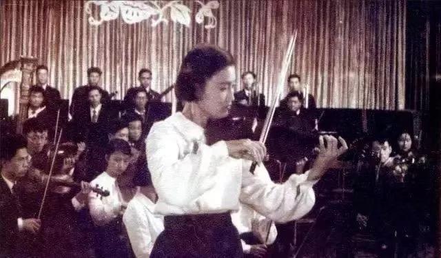 """1959年,俞丽拿在小提琴协奏曲""""梁祝""""首演中担纲独奏。"""