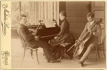 西贝柳斯与姐姐、弟弟组成三重奏