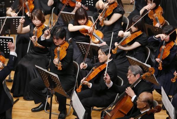 日本德仁皇太子在演奏中提琴